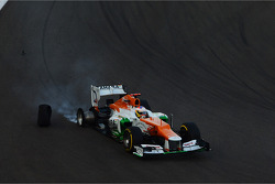 Paul di Resta, Sahara Force India loses his tyre on the opening lap