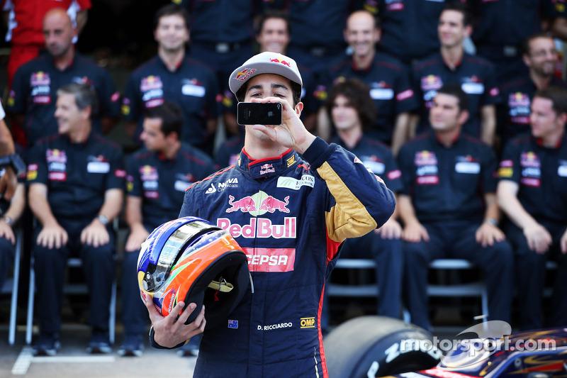 Daniel Ricciardo, Scuderia Toro Rosso at a team photograph