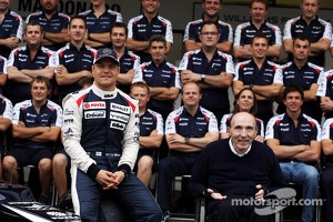 Valtteri Bottas and Frank Williams, Williams Team Owner in a team photograph