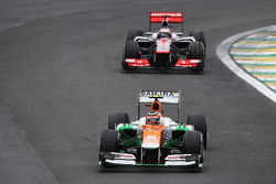 Nico Hulkenberg, Sahara Force India F1 leads the race from Jenson Button, McLaren
