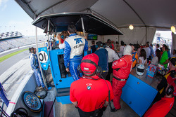 Ambiance in the Chip Ganassi Racing with Felix Sabates pit with 10 minutes to go