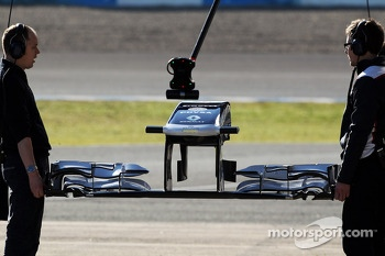 Williams mechanics hold a new front wing