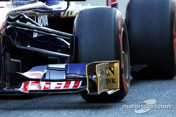 Scuderia Toro Rosso STR8 front wing and front suspension detail