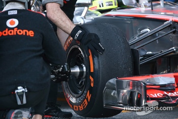 McLaren MP4-28 front wheel pit stop detail