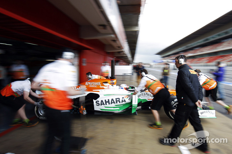 Paul di Resta, Sahara Force India VJM06 pushed back in the pits