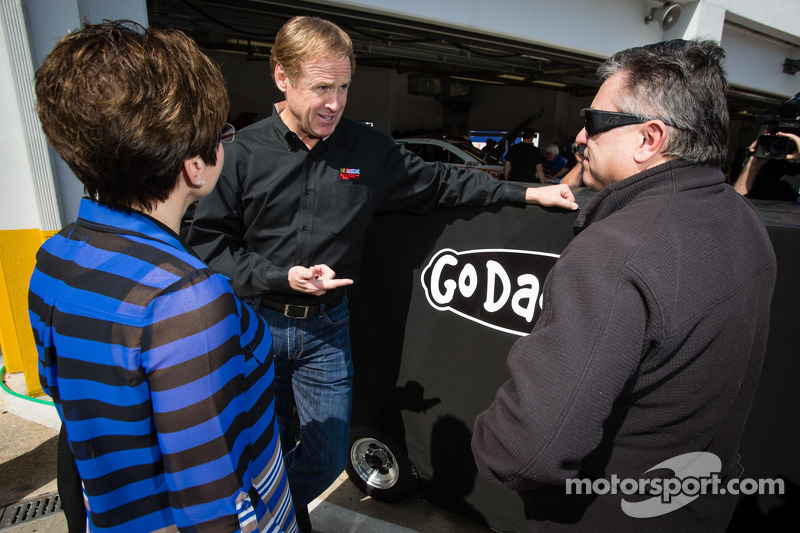 Rusty Wallace with the mother and father of Danica Patrick, Stewart-Haas Racing Chevrolet, Bev and T.J. Patrick
