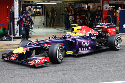 Mark Webber, Red Bull Racing RB9 in the pits