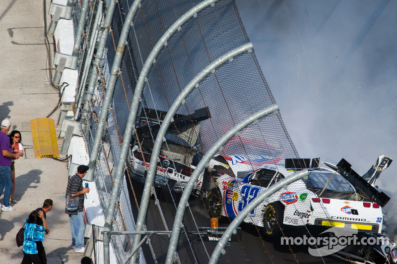 Last lap crash: Brad Keselowski, Kyle Larson, Brian Scott crash