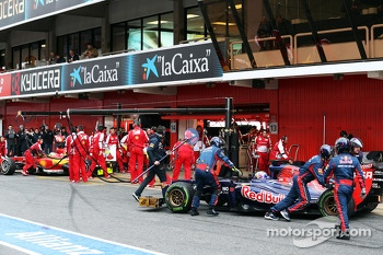 Daniel Ricciardo, Scuderia Toro Rosso STR8 and Fernando Alonso, Ferrari F138 in the pits