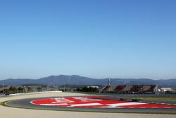Esteban Gutierrez, Sauber C32 leads Lewis Hamilton, Mercedes AMG F1 W04