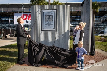 Dan Wheldon Memorial and Victory Circle unveiling ceremony: Susie Wheldon and sons Sebastian and Oliver unveil the Dan Wheldon Memorial