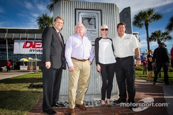 Dan Wheldon Memorial and Victory Circle unveiling ceremony: Susie Wheldon and artist Ron Whitney pose with the Dan Wheldon Memorial