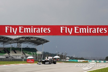 Pastor Maldonado, Williams FW35 passes under Fly Emirates hoardings
