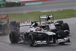 Pastor Maldonado, Williams FW35 leads Esteban Gutierrez, Sauber C32