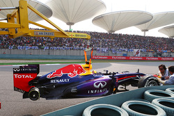 The Red Bull Racing RB9 of Mark Webber, Red Bull Racing with its rear wheel missing