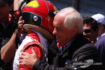 Helio Castroneves, Team Penske Chevrolet celebrates with Roger Penske