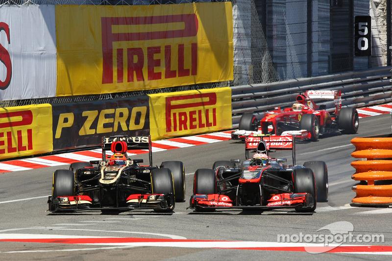 Kimi Raikkonen, Lotus F1 E21 and Sergio Perez, McLaren MP4-28 battle for position