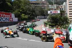 A marshal points out damage to Giedo van der Garde, Caterham CT03 at the start of the race