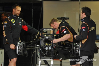The Lotus F1 E21 of Kimi Raikkonen, Lotus F1 Team is prepared by mechanics