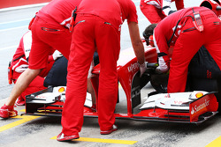 Ferrari F138 front wing is changed in the pits