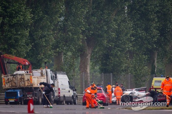 Cleanup after the crash of #2 Audi Sport Team Joest Audi R18 e-tron quattro at Tertre Rouge