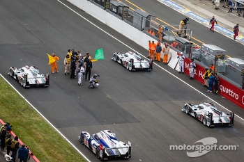 #2 Audi Sport Team Joest Audi R18 e-tron quattro: Tom Kristensen, Allan McNish, Loic Duval leads the field to formation lap