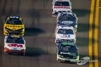 Greg Biffle, Roush Fenway Racing Ford and Denny Hamlin, Joe Gibbs Racing Toyota battle
