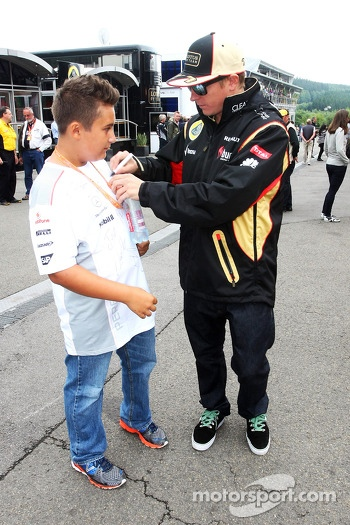 Kimi Raikkonen, Lotus F1 Team signs autographs for the fans