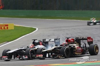 Nico Hulkenberg, Sauber and Kimi Raikkonen, Lotus F1 battle for position
