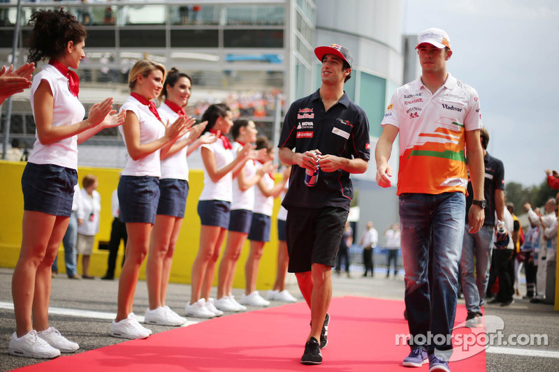 (L to R): Daniel Ricciardo, Scuderia Toro Rosso and Paul di Resta, Sahara Force India F1 on the drivers parade