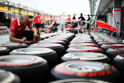 Marussia F1 Team mechanic marks up Pirelli tyres