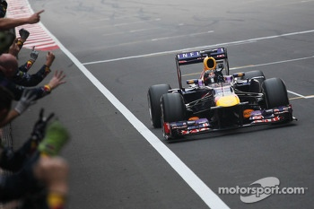 Race winner and World Champion Sebastian Vettel, Red Bull Racing RB9 celebrates with the team at the end of the race