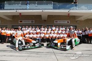 (L to R): Adrian Sutil, Sahara Force India F1 and team mate Paul di Resta, Sahara Force India F1 at a team photograph