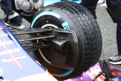 F1: Daniel Ricciardo, Red Bull Racing RB10 front suspension and brake duct detail
