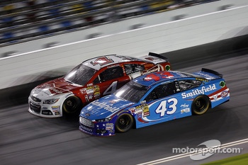 Aric Almirola, Richard Petty Motorsports Ford and Kevin Harvick, Stewart-Haas Racing Chevrolet