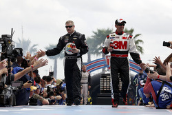 Bobby Labonte, HScott Motorsports Chevrolet and Greg Biffle, Roush Fenway Racing Ford