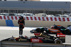 Romain Grosjean, Lotus F1 E22 stops on the circuit and is passed by Nico Hulkenberg, Sahara Force India F1 VJM07