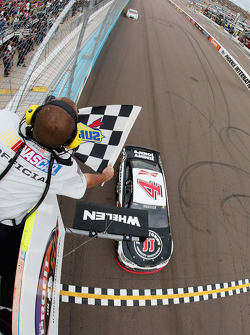 NASCAR-CUP: Kevin Harvick, Stewart-Haas Racing Chevrolet takes the win