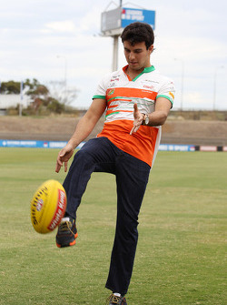 Sergio Perez, Sahara Force India F1 practices his Australian Rules Football skills with the Western Bulldogs at Whitten Oval