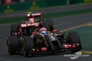 Romain Grosjean, Lotus F1 E22 leads Pastor Maldonado, Lotus F1 E21