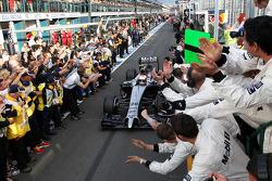 第三名凯文·马格努森, 迈凯轮MP4-29赛车,当他进入检录处时,和车队一起庆祝