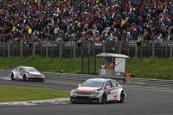 Yvan Muller, Citroen C-Elysee WTCC, Citroen Total WTCC leads Jose Maria Lopez, Citroen C-Elysee WTCC, Citroen Total WTCC