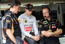 Pastor Maldonado, Lotus F1 Team with Federico Gastaldi, Lotus F1 Team Deputy Team Principal, and Mark Slade, Lotus F1 Team Race Engineer