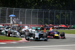 Start of the race, Nico Rosberg, Mercedes AMG F1 Team and Lewis Hamilton, Mercedes AMG F1 Team  08