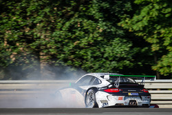 Crash for #67 IMSA Performance Matmut Porsche 911 GT3 RSR (997): Erik Marris, Jean-Marc Merlin, Eric Helary