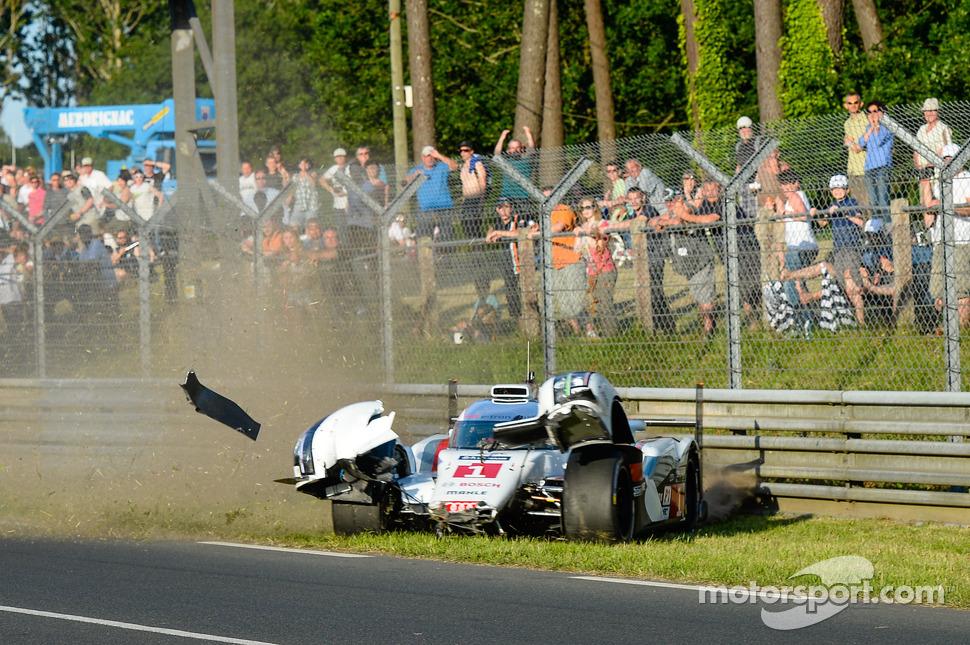Crash for #1 Audi Sport Team Joest Audi R18 E-Tron Quattro: Lucas Di Grassi, Marc Gene, Tom Kristensen