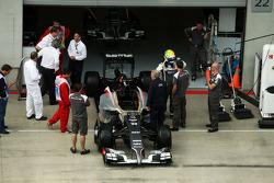 Esteban Gutierrez, Sauber C33 in the pits