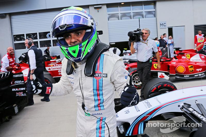 驾驶威廉姆斯FW36赛车的菲利普·马萨在待检区庆祝他的杆位