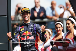 F1: Daniel Ricciardo, Red Bull Racing celebrates his third position on the podium