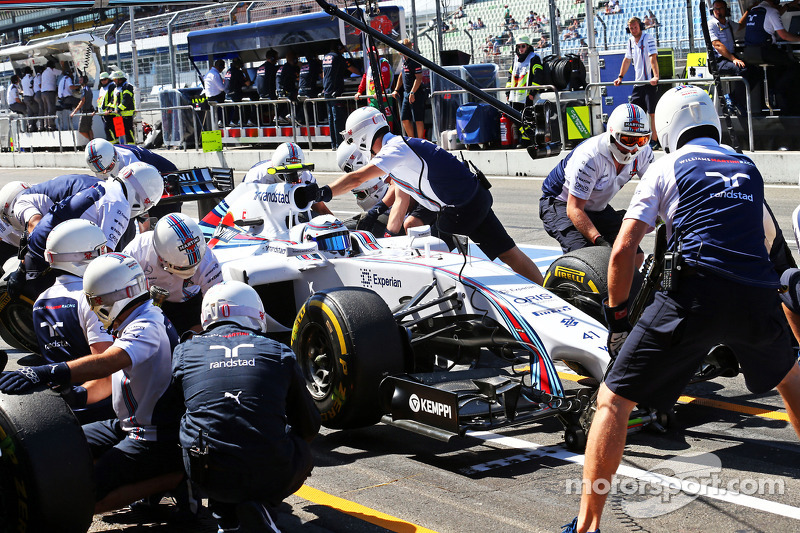 Susie Wolff, Williams FW36 Development Driver practices a pit stop